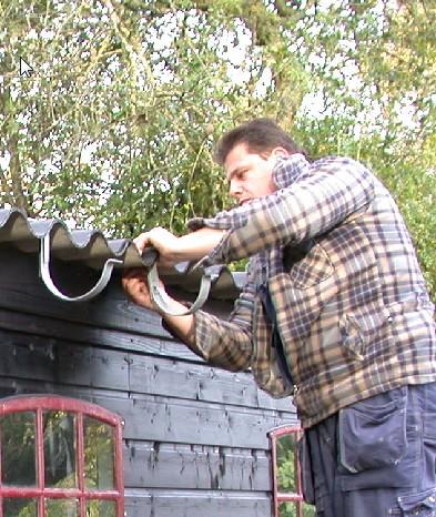 Leo Hendriksen die uw dakgoot repareert